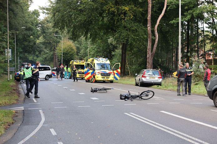 Een fietsster werd op de kruising van de Elspeterweg en de Stakenbergweg bij het oversteken geschept door een auto.