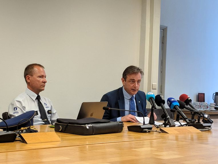 Burgemeester Bart De Wever pakt uit met de gedaalde criminaliteitscijfers in Antwerpen. Niet zozeer een verdienste van het beleid, zo blijkt. Beeld BELGAONTHESPOT