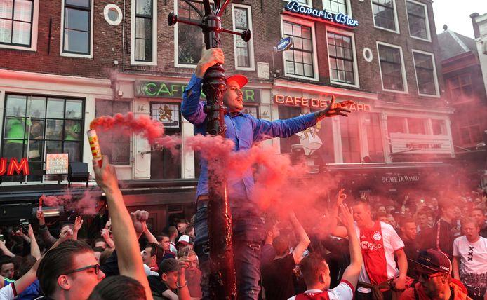 Ajax-fans vieren feest op het Leidseplein.