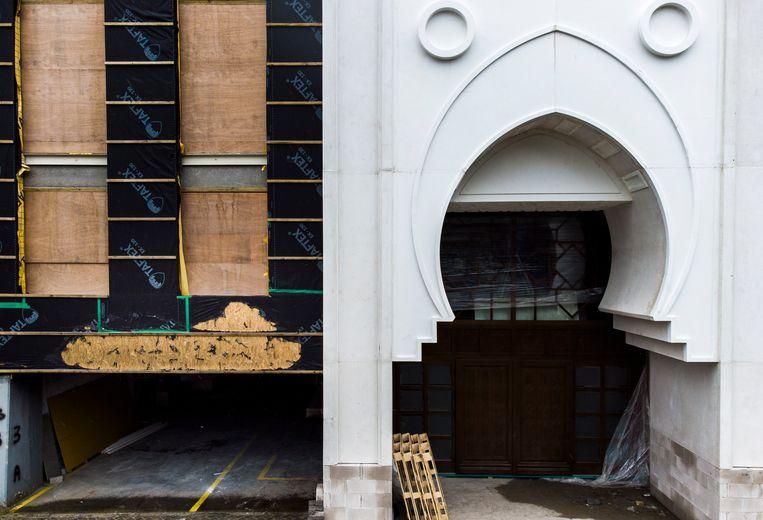 De moskee in Gouda waar een brand is aangestoken. Links is te zien dat het plastic gesmolten is. Beeld Freek van den Bergh