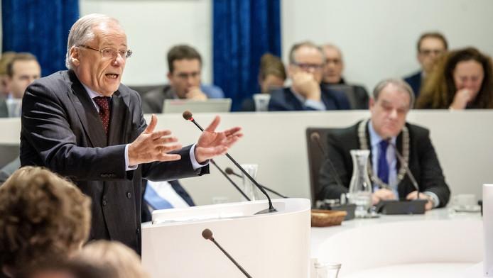 Deetman legt vol vuur uit hoe Delft er bovenop kan komen, burgemeester Bas Verkerk luistert.