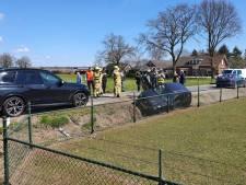 Auto belandt in sloot na ongeluk in Kootwijkerbroek, bestuurster raakt gewond