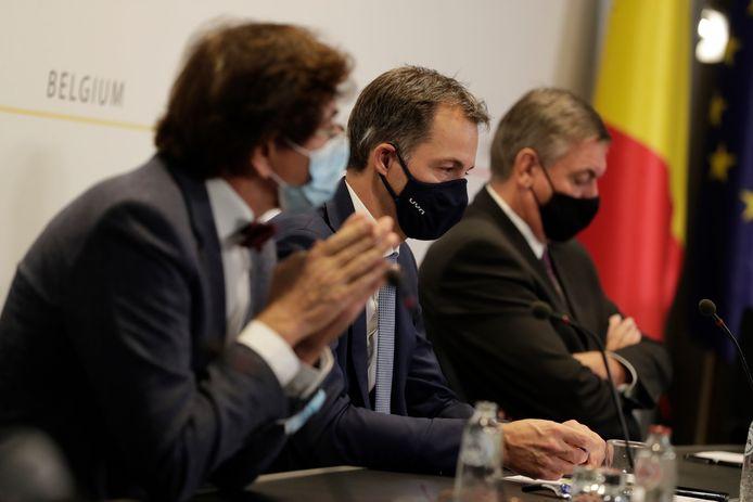 Premier De Croo (midden) met links Waals minister-president Elio Di Rupo en rechts Vlaams minister-president Jan Jambon.