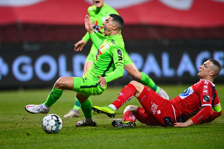 KVK-verdediger Timothy Derijck maait Gianni Bruno van Zulte Waregem onderuit. Beeld Photo News