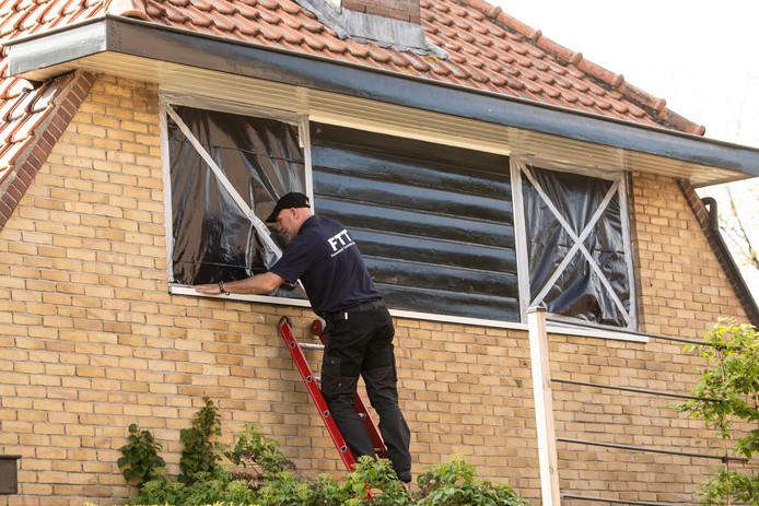 Woensdag werden de ramen van de woning aan de Lange Brinkweg met zwart plastic afgeplakt.