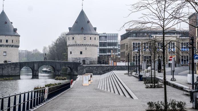 Schuin achter de zuidelijke Broeltoren zie je Waterspiegel. Het gebouw met glazen wand maakt deel uit van de nieuwe woonbuurt One Broel