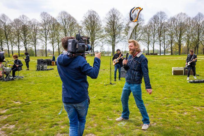 Bjorn van der Doelen zingt Iedereen is van de Wereld. De oud-voetbalprof is een van de tientallen Brabantse muzikanten in de Freedom Band.