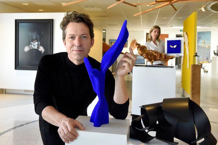 Samuel de Jong bij een van zijn werken, op achtergrond Tamara Sille van Galerie Sille.