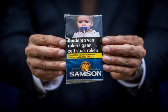 Op pakjes sigaretten en shag staan foto's en waarschuwingen om rokers te ontmoedigen.