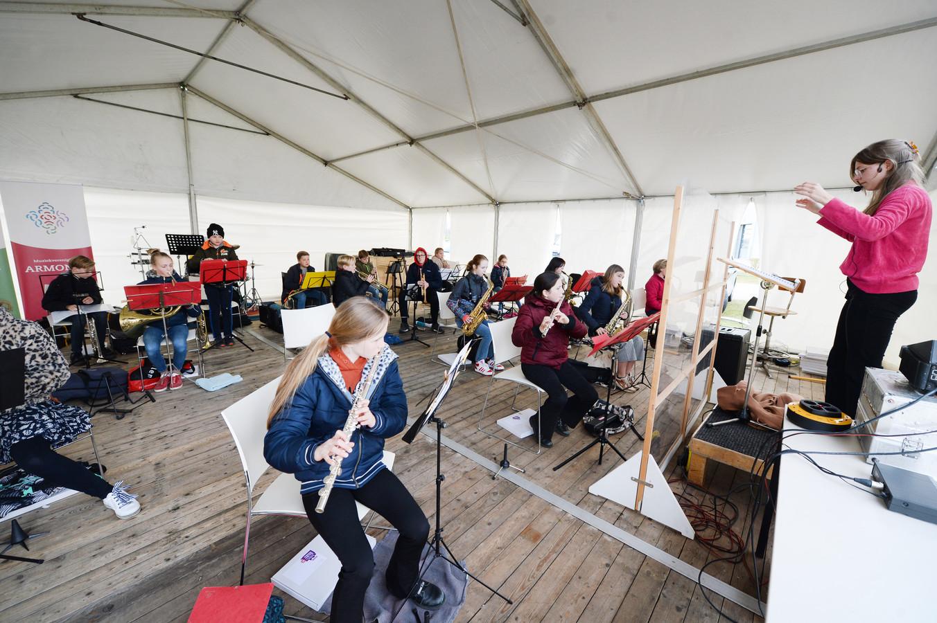 Leden van het leerlingenorkest Allo konden vrijdagavond als een van de eersten weer samen repeteren.