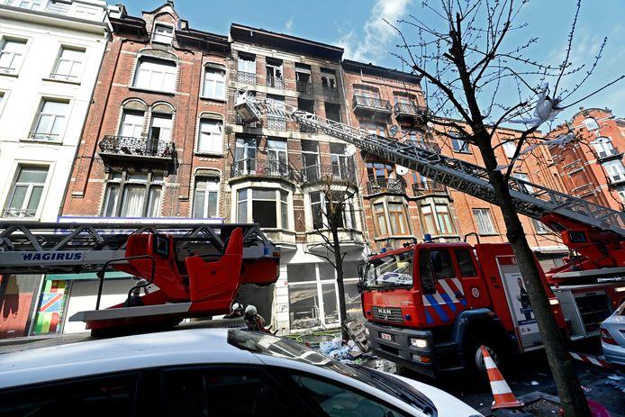 De Brusselse brandweer blijft de komende nacht met een autopomp en een ladder ter plaatse in de Heyvaertstraat in Anderlecht, waar afgelopen nacht een hevige brand woedde.