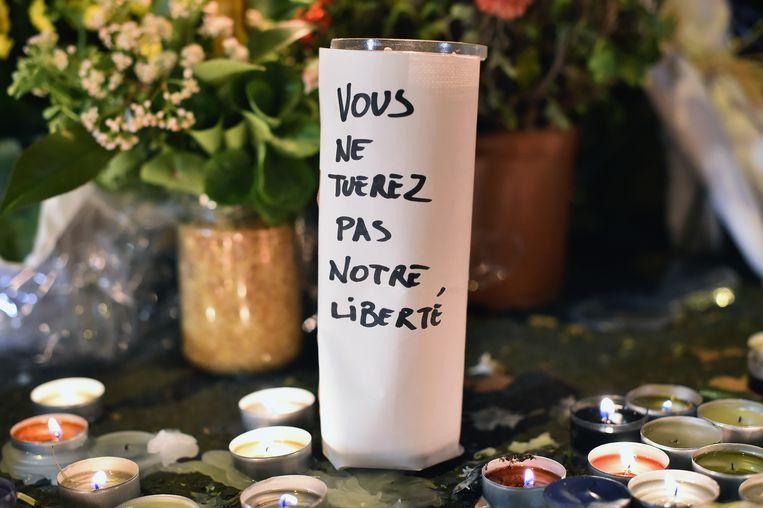 Bloemen en kaarsen nabij de Bataclan, op 14 november 2015. Die dag vielen er bij aanslagen in Parijs 130 doden en meer dan 350 gewonden. Beeld Getty Images