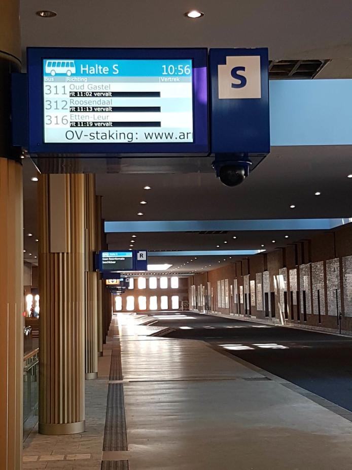 De perrons van het busstation in Breda zijn uitgestorven.