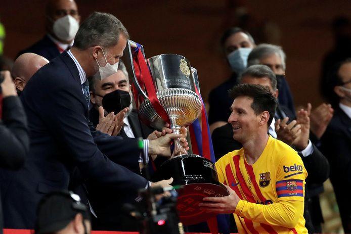 Koning Felipe overhandigt Lionel Messi de Copa del Rey.