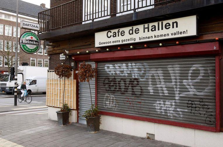 Foto van cafe De Hallen op de hoek Willem de Zwijgerlaan/Jan van Galenstraat, waar kroegbaas Thomas van der Bijl werd vermoord. Beeld anp