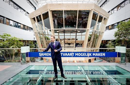 LVNL-CEO Michiel van Dorst voor het model interieur van de nieuwe verkeerstoren