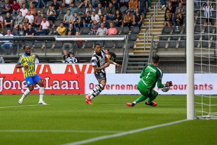Delano Burgzorg stuit op doelman Etienne Vaessen.