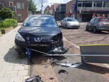 Drie auto's botsen in Meppel: een gewonde, platgereden verkeersborden