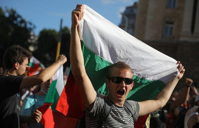 Zaterdag gingen voor de derde achtereenvolgende dag betogers de straat op in de Bulgaarse hoofdstad Sofia om te demonstreren tegen de regering van premier Borissov. Beeld REUTERS