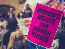 Feministen demonstreren in Amsterdam tegen verdeeldheid en xenofobie