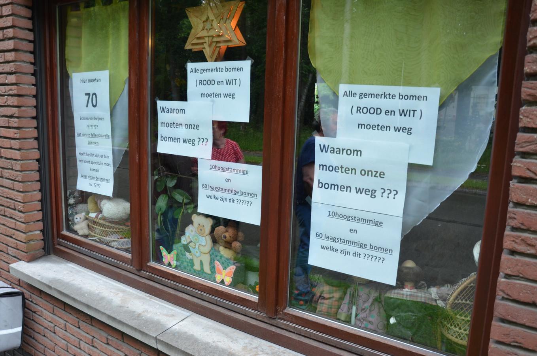 Met boodschappen op hun raam protesteren Antoine en Annelies tegen de plannen om de bomen te kappen.