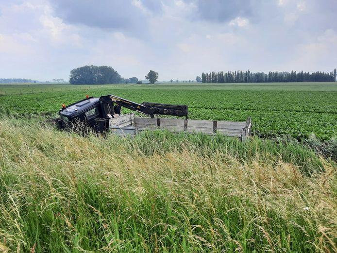 De vrachtwagen doorploegde de berm en kwam tot stilstand tussen de aardappelen, langs de E40 in Middelkerke.