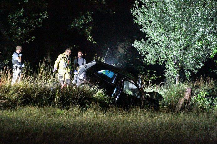 De auto kwam in een droge sloot tot stilstand tegen een boom.