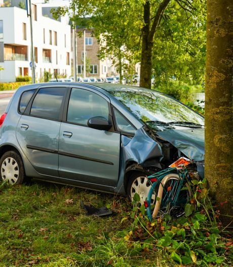 Kind door auto tegen boom gedrukt bij naar ongeval ter hoogte van brandweerkazerne in Utrecht