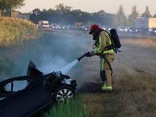 Auto belandt naast A50 bij Sint-Oedenrode en vliegt in brand