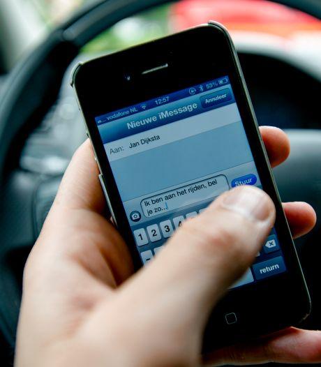 Mag je je telefoon gebruiken als je stilstaat voor het stoplicht?