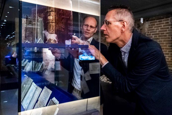 Rechts Bart Jaski, conservator van de Universiteitsbibliotheek Utrecht en Kaj van Vliet, archivaris bij Het Utrechts Archief.