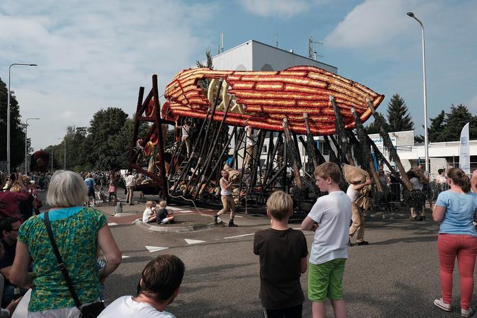 De wagen 'De werf' van corsogroep Zieuwentseweg won de prijs voor beste figuratie in het Bloemencorso Lichtenvoorde 2016.
