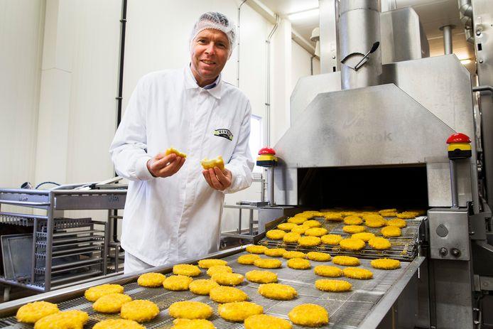 Vivera-directeur Willem van Weede directeur bij de productielijn van de vegaburgers.