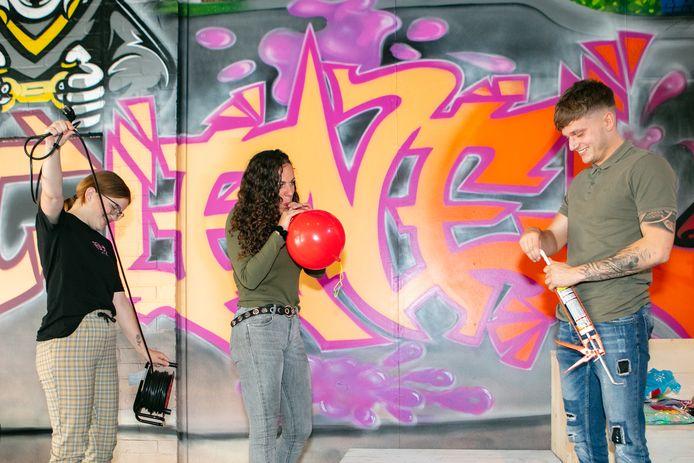 Luke Antonissen loopt rond met de kitspuit en Doreen Olsman sjouwt rond met de kabelhaspel. Kelly van Ginkel blaast de ballonnen op voor de grote dag.