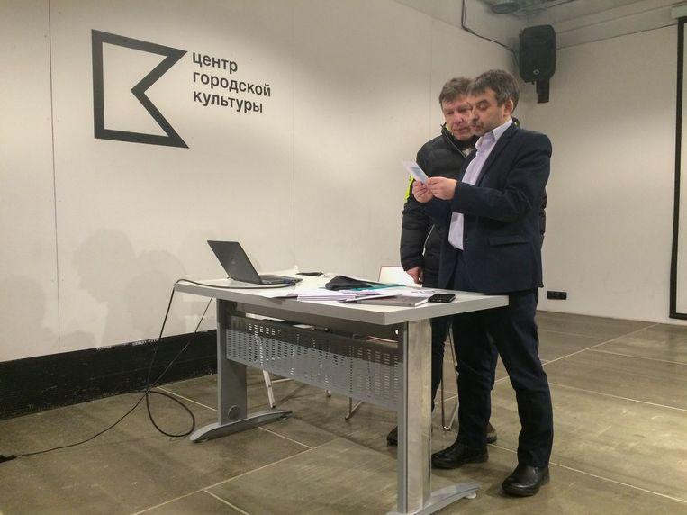 Vitali Kovin, coördinator van de waarnemersbeweging Golos in Perm, geeft instructies voor de Russische presidentsverkiezingen. Beeld Geert Groot Koerkamp