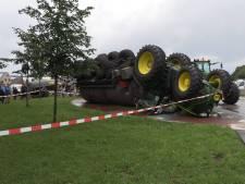 Tractor met volle mesttank kantelt en landt ondersteboven in Aalten