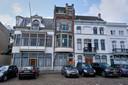 Het middelste en hoogste pand is het huis van Robert-Jan van den Broek. Het staat aan de Merwekade in Dordrecht.