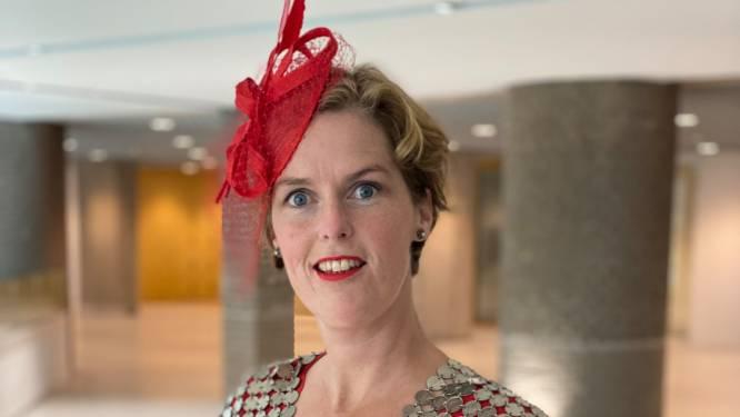 Hinke's kwartjeskraag siert de schouders van Kamerlid Hilde Palland tijdens Prinsjesdag