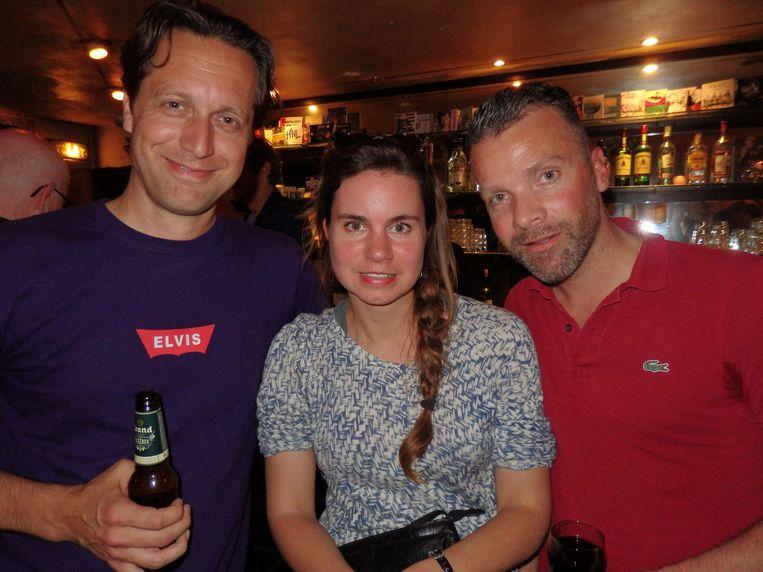 Menkveld weer, vooruit, met schrijfster Iris Koppe en Tommie van Eck (r) van Goossens' impresariaat De Mannen. Beeld Schuim