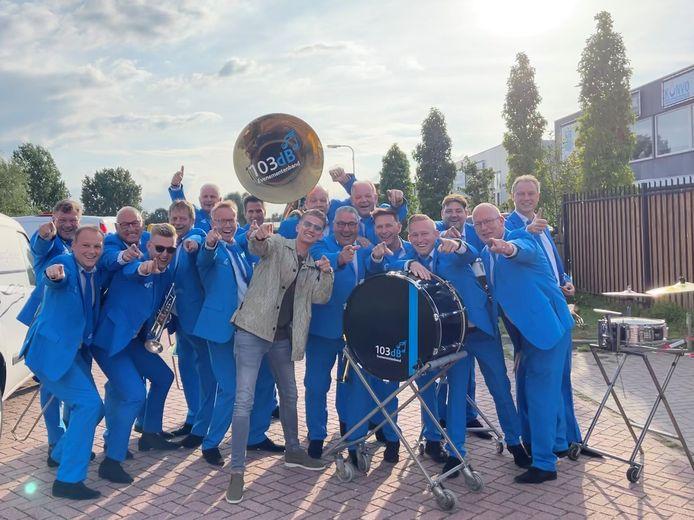 De Zwolse band 103dB met in hun midden Mart Hoogkamer. Samen zullen ze op 9 april volgend jaar in Ahoy optreden.