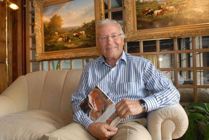 Ex-topman van Rodania Manfred Aebi (77J.) met zijn boek 'Swiss Made' in Wemmel.