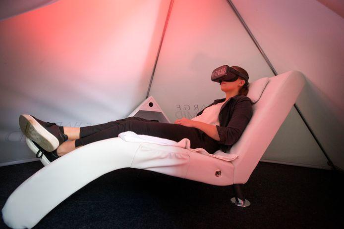 Recharge pyramid van Mieke Roovers. In deze éénpersoons piramide neem je plaats in een heerlijke relaxstoel. Even weg uit je drukke omgeving om na 20 minuten er weer helemaal tegenaan te kunnen. Zowel beeld, licht-, muziek-, en aromatherapie worden ingezet om je in korte tijd te ontspannen en weer op te laden.