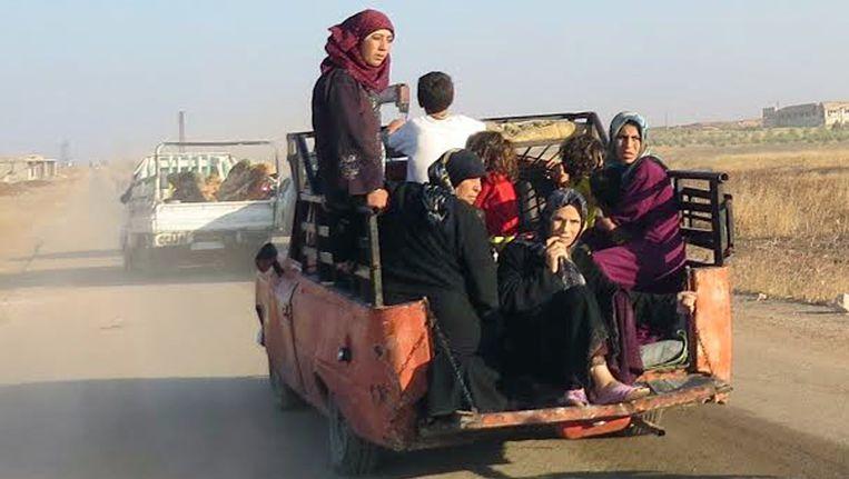 Vluchtelingen in de Syrische stad Suran. Met een wapenstilstand moet er meer hulp bij getroffen burgers komen. Beeld null