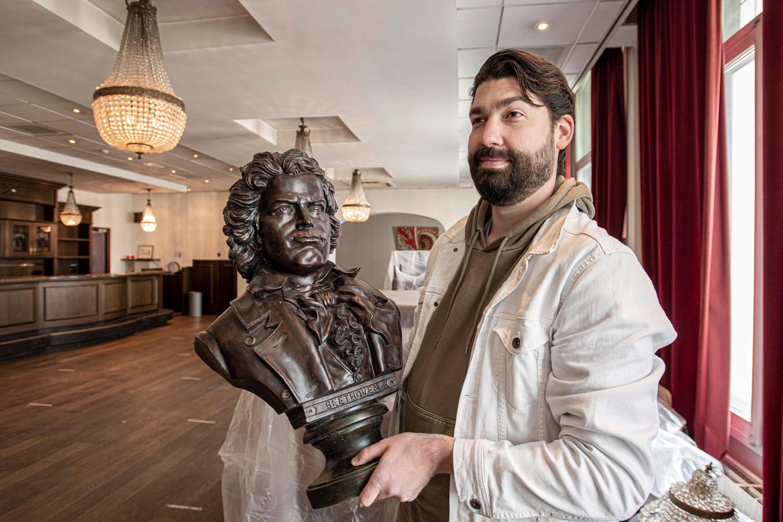 Exploitant Lucas Smits in de zaal waar café/lunchroom De Harmonie zijn plek gaat krijgen. De buste van Beethoven heeft hij al veiliggesteld.