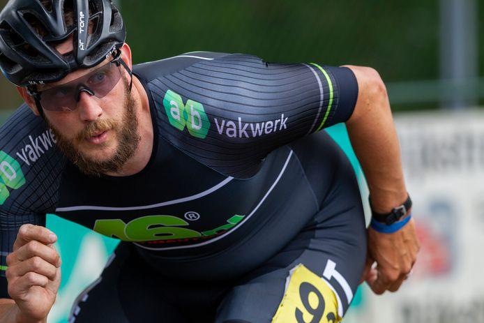 Gary Hekman hielp op de marathon in Heerde zijn ploeggenoot Luc ter Haar aan de zege.