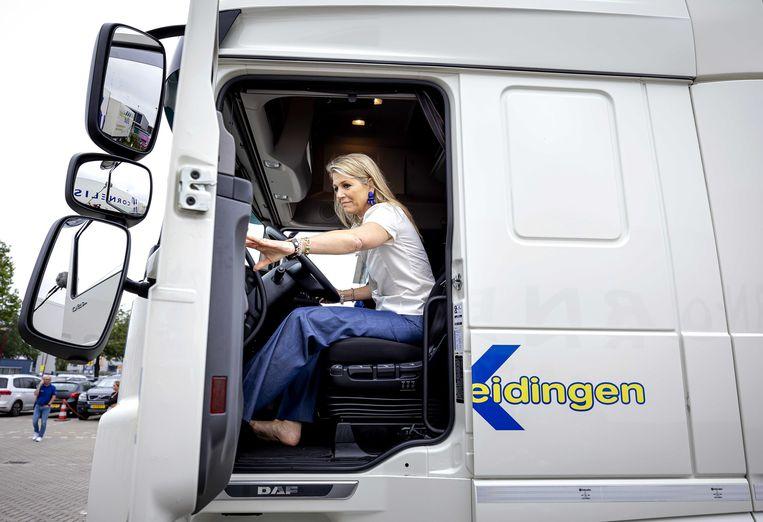 Koningin Máxima heeft de hakschoenen uitgedaan en bedient met blote voeten de pedalen van een vrachtwagen. Ze bracht in Nieuwegein een werkbezoek aan de sector Transport en Logistiek. Die wil meer vrouwen achter het stuur. foto anp Beeld ANP