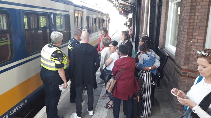 De politie arriveert op het station in Almelo en biedt omstanders slachtofferhulp aan.