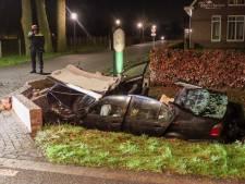 BMW knalt in sloot op duiker, beknelde bestuurder bevrijd en zwaargewond naar ziekenhuis