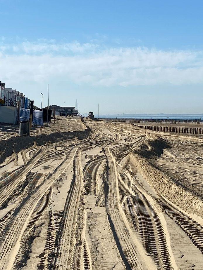 Een shovel trekt een spoor op het strand bij Dishoek zodat de loopplanken kunnen worden gelegd.
