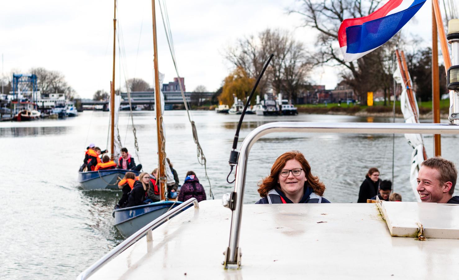 Vrijwilliger Linda Weidenaar (25) is teamleider bij Scouting Willem de Zwijgergroep III. Elke zaterdagmiddag doen de kinderen activiteiten op het water.